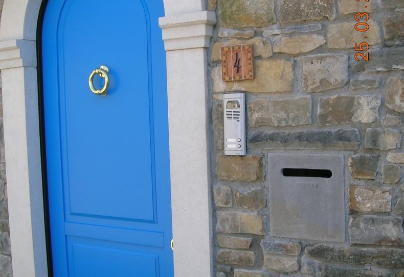 vhodna vrata z ertami in kamnitim zidom