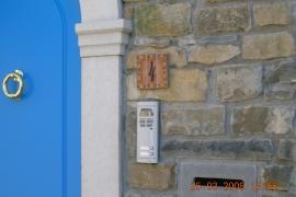 vhodna vrata in nabiralnik