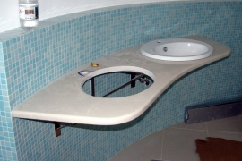 kamniti pult za umivalnike v sanitarijah