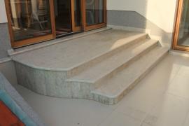 dokončane zunanje kamnite stopnice