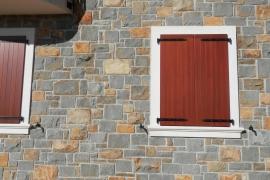 obloga fasade z masivnim klesanim peščenjakom