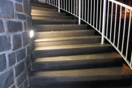 zavite stopnice z žganim porfidom
