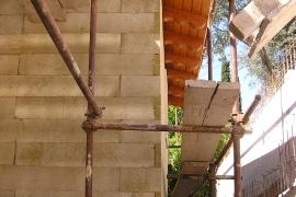 zaključek ob leseni strehi