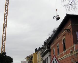 Volvo EC 20: žerjav ga dviguje na gradbišče