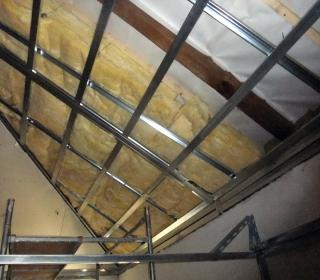 toplotna izolacija strešne konstrukcije in obloga z mavčnimi ploščami
