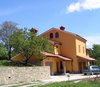 Fasada družinske hiše na podeželju Izole