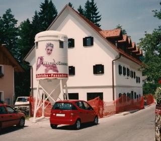 Fasada večstanovanjske hiše v Gameljnah