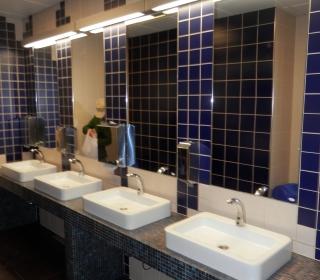 umivalniki v moških sanitarijah