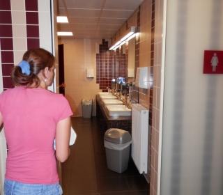 vhod v ženske sanitarije