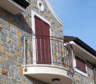 obloga fasade z balkonom