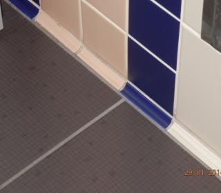 stik tal in stene v javnih sanitarijah