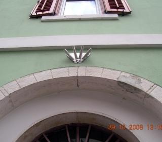 stik kamnitih okvirov in fasade