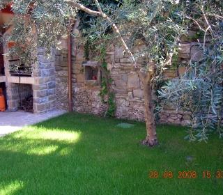 ohranjen stari kamniti zid